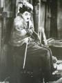 Chaplin infreddolito con coperta